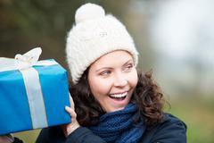 Nauraa nainen pudistaen lahja Kuvituskuvat