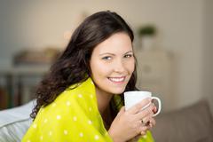 Nainen jolla kahvikuppi talvella kotona Kuvituskuvat