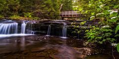 Walking bridge and cascades on kitchen creek in ricketts glen state park, pen Stock Photos