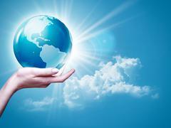 Nainen käsivarren tilalla maa maapallo vastaan sininen taivas, ympäristö taustat Kuvituskuvat