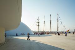 Espanjan laivaston alus, Juan Sebastián Elcano, telakoituna satamassa vieressä o Kuvituskuvat