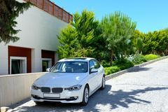 Auto pysäköity lähelle moderni luksushotelli, Bodrum, Turkki Kuvituskuvat