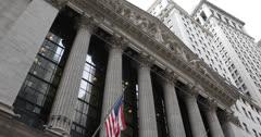 Ultra HD 4K Yhdysvaltojen lippu, Wall Street New York Stock Exchange, USA: n markkinoille Arkistovideo