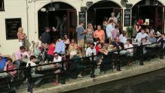 People punting on river cam at the anchor inn, cambridge, england Stock Footage