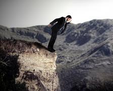 Nuori yrittäjä putoaa kalliolta Kuvituskuvat