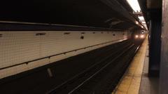 Juna vetää osaksi New Yorkin metroasemalla Arkistovideo