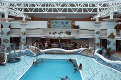 Family fun risteilyalus uima-allas resort merellä Kuvituskuvat