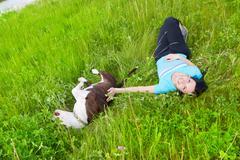 Onnellinen nainen leikkii koiran Kuvituskuvat