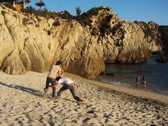 Ystävät leikkivät rannalla Kuvituskuvat