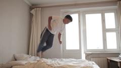 Teini hyppää sängylle Arkistovideo