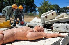Etsintä ja pelastus läpi rakennuksen raunioista katastrofin jälkeen Kuvituskuvat