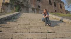 Kaunis turisti rentouttaa ja nauttii auringosta Rooman Arkistovideo