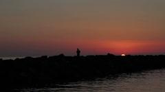Kalastajat kalastavat kiviä auringonlaskun-fischerman - meri Arkistovideo
