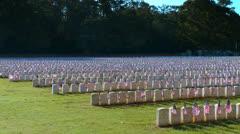 Rivit sotilas hautoja lipuilla näkyvissä Arkistovideo