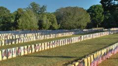 Liput näytetään sotilaallinen hautoja hautausmaalle. Arkistovideo