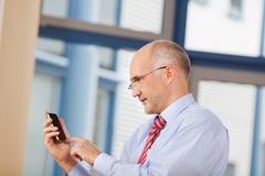 Liikemies koskettaa matkapuhelin näytön Kuvituskuvat