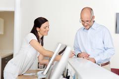 potilaan ja vastaanottovirkailija vastaanotossa - stock photo
