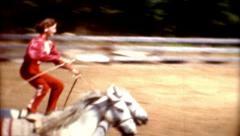 8mm 1960 temppu ratsastus rajalla kaupunki rodeo cowgirl ratsastaa kaksi hevosta Arkistovideo
