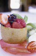 kiwi con queso fresco y frutos rojos, restaurant fonda xesc, gombren, catalonia, - stock photo