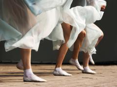 Jalat tanssivat naiset Kuvituskuvat