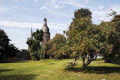 Germany, North Rhine Westphalia, Zons, Citywall with tower Juddeturm and church Stock Photos