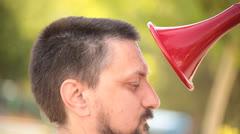 Mies puhuu punaiseksi puhuminen trumpetti Arkistovideo