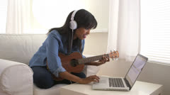 Musta tyttö tallennus kappaleen ukulele kannettavan Arkistovideo