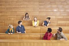 Saksa, Leipzig, ryhmä yliopisto-opiskelijat istuvat yhdessä luokkahuoneessa Kuvituskuvat