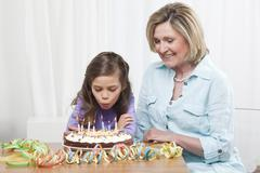 Tyttärentytär (6-7) ja isoäiti juhlii syntymäpäiväänsä Kuvituskuvat