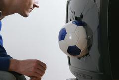 Mies edessä television, katsot jalkapallo Kuvituskuvat
