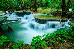 Huay mae khamin - vesiputous, virtaava vesi, paratiisi thaimaassa. Kuvituskuvat
