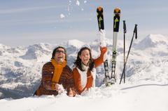 Pari vuoristossa, heittää lunta Kuvituskuvat