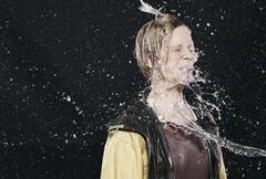 Nainen nauttia tilkka vettä, silmät kiinni. Kuvituskuvat