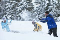 Saksassa, Baijerissa, Perhe ottaa lumisota Kuvituskuvat
