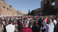 Demonstration in Rome city center clapping hands all together: crowd, colosseo Stock Footage