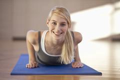 Saksa, Mauern, nainen valehtelee ja harjoitteleminen jumppamatto, muotokuva, hymyilevä Kuvituskuvat