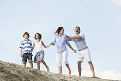Saksassa, perhe kädestä ja leikkivät yhdessä Kuvituskuvat