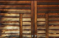 Saksa, München, lähikuva puinen autotallin ovi kiinni Kuvituskuvat