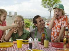 Perhe syö parvekkeella Kuvituskuvat