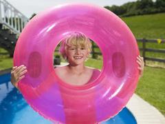 Poika jonka vaaleanpunainen kumirengas, muotokuva Kuvituskuvat