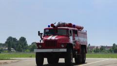 Palo auto moottori pyörii tiellä Arkistovideo