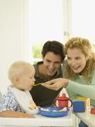 Nuori perhe, äiti ruokinta poikavauva (12-24 kk) Kuvituskuvat