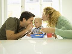 Nuori perhe, isä ruokinta poikavauva, (12-24 kuukautta) Kuvituskuvat