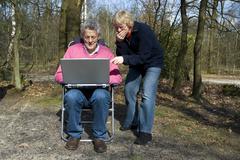 Isovanhemmat kanssa laptop Kuvituskuvat