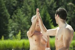 Italia, Etelä-Tirolissa, Miehet antaa high five, sivukuva, Pysty Kuvituskuvat
