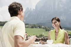 Italia, Etelä-Tirolissa, Seiseralm, Pari kahvila aamiaista Kuvituskuvat