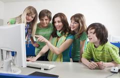 Saksa, Emmering, Opettaja tietokoneella ja selittää opiskelijoita, hymyilee Kuvituskuvat