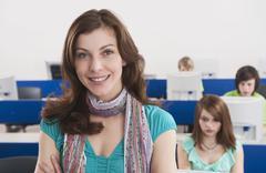 Saksa, Emmering, opettaja hymyilee opiskelijoiden tietokoneella taustalla Kuvituskuvat