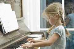 Saksassa, Baijerissa, Tyttö pianon Kuvituskuvat