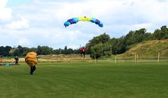 Skydiver parhaillaan purkamisen jälkeen hypätä muodostelmassa. Kuvituskuvat